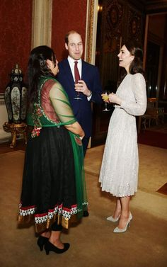 Kate Middleton à Buckingham PalacePour l'occasion, l'épouse du prince William porte une superbe robe à manche longue de la griffe britannique Ederm.