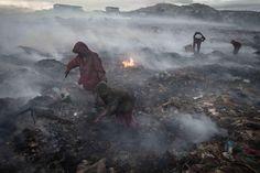 Le feu brûle constamment au milieu des montagnes de déchets, qui peuvent atteindre jusqu'à 15 mètres de hauteur, et ce paysage contre nature est constamment imprégné de brouillard toxique. Les enfants ne peuvent pas rester longtemps dans cet endroit – leurs chaussures pourraient fondre à cause de la chaleur.