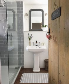Bathroom mirror ideas (diy) for a small bathroom Bathroom Mirror Design, Bathroom Doors, Bathroom Inspo, Bathroom Styling, Bathroom Interior Design, Bathroom Inspiration, Modern Bathroom, Small Bathroom, Bathroom Grey