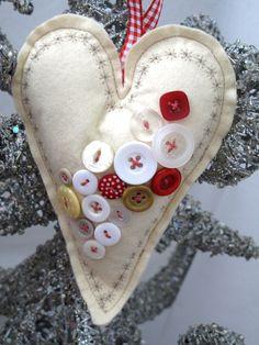 Herz aus Filz und Knöpfen