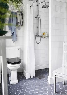 Tapet i badrum inspiration dusch hexagon klinker Dream Bathrooms, Beautiful Bathrooms, Small Bathroom, Master Bathroom, Bathroom Interior Design, Home Interior, Interior Design Living Room, Walk In Shower Designs, Home Repairs