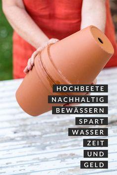 Für ein paar Euro eine Bewässerung für Euer Hochbeet aus Tontöpfen bauen und nur noch einmal pro Woche gießen? Hier gibt es die Bauanleitung.  #ollas #bewässerung #hochbeet #nachhaltig #gießen #tontöpfe #diy #diygarten