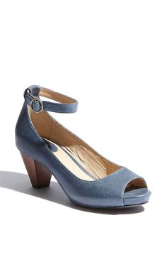 I am having a hard time finding this shoe to purchase!  Oh no, they have been discontinued at Nordstrom. :(