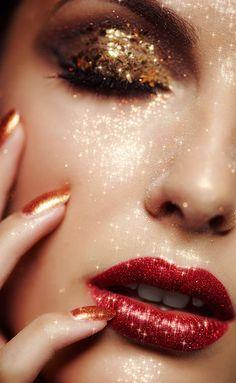 Make up guide tis the season to sparkle. make up glitter;make up brushes guide;make up samples; Make Up Gold, Glitter Make Up, Glitter Face, Gold Glitter, Glitter Bomb, Gold Sparkle, Gold Nails, Sparkle Makeup, Glam Makeup