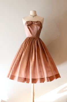 Vintage Blush Taffeta Party Dress ~ Vintage Iridescent Cocktail Dress With Full Skirt And Bow by xtabayvintage on Etsy 50s Dresses, Vintage Dresses, Vintage Outfits, 50s Vintage, Vintage Clothing, Vintage Style, 1950s Fashion Trends, Modern Fashion, Vintage Fashion