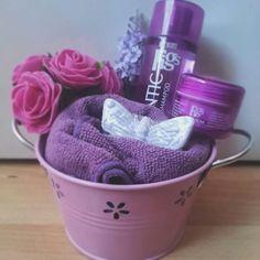 Lata de baño malva.- 12'95 € Champú voluminizador, lip balm con aroma de higo - toalla de tocador - jabón forma de mariposa aroma lilas - flores a juego.