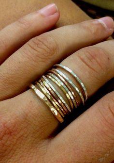 Otra vez, al mirar a través de mi tienda puedes ver que mi estilo es elegante simple. Me gusta mucho y apilamiento y estratificación mis tesoros. Por lo tanto, esta creación es justo encima de mi callejón. Estos anillos se hacen con 14 k gold-filled 14 k rose gold-filled y plata. Todos son creados con el alambre de 18g. Este listado incluye los siguientes anillos: 4 plata 3 oro color de rosa llenas 2 oro Me animo a subir 1/4 a 1/2 tamaño debido a la cara pila hasta la parte más gruesa de…