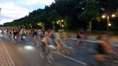 YouTube Video: https://youtu.be/Dl6BZUtjf0s >>> Wie an jedem letzten Freitag im Monat war auch gestern wieder die #KritischeMasse bei der Critical Mass in der Fahrradstadt Berlin unterwegs. Eine laue Sommernachtstour, die des nächtens auf dem Weg zum Finish auch bei der Radwelt Berlin vorbeikam... :) Mehr Infos auch unter http://criticalmass.berlin #criticalmass #criticalmassberlin #fahrradstadt #radwelt #berlin