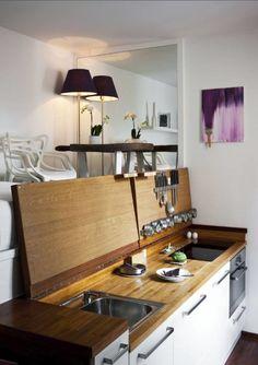 10 идей дизайна маленькой кухни   Филдс  Рабочую поверхность кухни можно замаскировать под обычный комод, что особенно актуально для небольших студийных помещений. Сверху над мойкой, варочной поверхностью и другой встроенной техникой монтируется ещё одна столешница, которая к тому же выполняет роль кухонного фартука.
