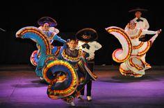 https://flic.kr/p/Lgiskf | 74ème Festival Folklorique International Danses et Musiques du Monde | N'hésitez pas à consulter notre site internet www.tourisme-amelie.com  Dès le début du 20° siècle et notamment lors des fêtes du Carnaval, un groupe de jeunes gens et de jeunes filles exécutait dans les rues de la ville des danses folkloriques catalanes.  Jean TRESCASES, fondateur des Danseurs catalans d'Amélie les bains en 1935, créa en 1936 un festival folklorique des provinces françaises.  Et…