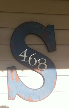 Creative House Number Ideas with Family Initials - For the Home - Huis decor Farmhouse Side Table, Rustic Farmhouse, Farmhouse Front, Porch Decorating, Decorating Your Home, Decorating Ideas, Building A Porch, House With Porch, Front Door Decor