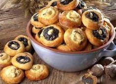 To je nádhera, že? S mákem, s tvarohem anebo se zavařeninou či povidly. Nad klasické české koláčky zkrátka není. Ne náhodou se pečou ke slavnostním příležitostem, třeba taková svatba se bez koláčků, kterým se ne nadarmo říká svatební, neobejde. Recipe R, Czech Recipes, Cook Up A Storm, Sweet Life, Yummy Treats, Baking Recipes, Cravings, Muffin, Easy Meals