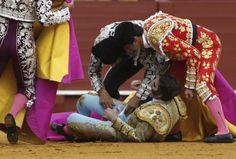 Las cuadrillas atienden a Padilla tras la terrorífica voltereta...