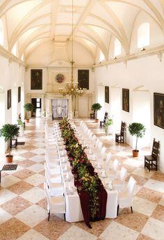 Der Marmorsaal beeindruckt mit seinem stuckierten Renaissancegewölbe und dem Marmorfußboden, der dem Saal seinen Namen verleiht. Die Musikempore, die im 19. Jahrhundert erneuert wurde lässt sich in ihre Planungen mit einbauen.