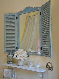 angolo toletta con specchiera a forma di finestra