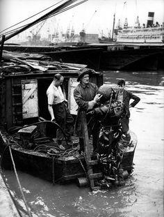 Diver in the London Docks. Israel Bidermanas - 1952 - 'Charmes de Londres'