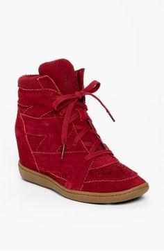 Plus 3 - Higher Love, de SKECHERS. No estoy muy segura del tipo de mujeres que usarían estos tenis-zapatos.