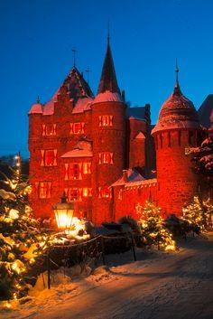 Wie wäre es mit einem Ausflug zum romantischen Weihnachtsmarkt auf Burg Satzvey? Hier gibt es ein mittelalterliches Krippenspiel, eine Weihnachtsmannwerkstatt und eine burgeigene Bäckerei. #deinnrw