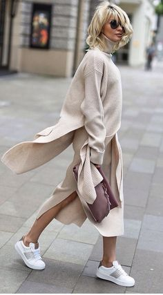 Long sweater dress, cardigan and kicks Langes Pulloverkleid, Card White Oversized Sweater, White Sweaters, Long Sweaters, Sweaters For Women, Long Sweater Dress, Dress With Cardigan, Street Looks, Street Style, Elegantes Outfit Frau