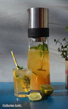 Eistee-Cocktail aus Grünem Roiboostee Ingwersirup Zitronensirup Minze Gurke Wodka wie Moscow Mule