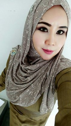 PRETTY MUSLIMAH Beautiful Muslim Women, Beautiful Hijab, Scarlett Johansson Hairstyle, Muslim Girls, Hey Girl, Covergirl, Headscarves, Pretty, Bodysuit