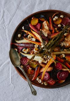Halloween dinner party menu - The House That Lars Built Roasted root vegetables with honey orange vinaigrette Healthy Halloween, Halloween Dinner, Halloween Foods, Halloween Magic, Halloween Baking, Haunted Halloween, Halloween House, Halloween 2018, Fall Recipes
