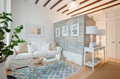 einzimmerwohnung offene deckenbalken und große trommel tischlampen