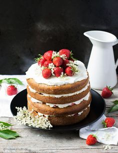 Erdbeer-Torte mit Holunderblütensirup | strawberry cake with elderflower syrup | © monsieurmuffin