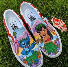 I had two Lilo and Stitch customs this last round! 😍 This one is the two in the their hula outfits on the beach. The other pair I'll show this week is of the two hanging out by the Golden Gate Bridge. Loved painting both! Custom Vans Shoes, Mens Vans Shoes, Custom Painted Shoes, Nike Air Shoes, Vans Men, Disney Painted Shoes, Disney Shoes, Vans Disney, Vans Shoes Fashion