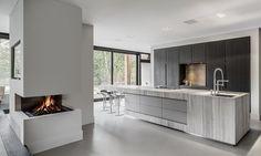 Keuken concept BloxX van Culimaat High End Kitchens. Geometrische vormen, uiterst gedetailleerde afwerking en de toegepaste materialen getuigen van echt vakmanschap.Uiterlijke kenmerken van deze hoogwaardige bijzondere keuken zijn de strakke belijningen, architectonische vormgeving en de toepassing van marmer. Zowel de body als alle zichtzijden van de BloxX zijn vervaardigd uit Marmer. Een bijzonder detail vormt het zwevende tafelgedeelte, zonder ondersteuning! De achterwand bestaat uit een…