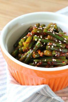 아삭 , 매콤 달콤 마늘종무침 여름반찬 만들기 시작해요 ~ 우 덥다 더워오늘은 아침부터 어제 다 못한 짐정... Black Beans, Green Beans, Noodles, Vegetables, Food, Macaroni, Essen, Vegetable Recipes, Meals