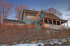 derelict beach house - blues and orange Abandoned Houses, Abandoned Places, Haunted Houses, Long Gone, Spooky Places, Unusual Homes, Old Farm Houses, Old Building, Ghost Towns