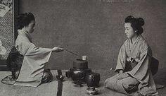 """Fai una deliziosa ciotola di tè   2. Disponi la carbonella in modo da scaldare l'acqua   3. Arrangia i fiori come lo sono nei campi   4. D'estate, evoca la freschezza; d'inverno il calore   5. Precorri in ogni cosa il tempo   6. Preparati alla pioggia   7. Dedica ai tuoi ospiti la massima attenzione"""" (""""Le 7 regole del tè"""" di Sen Rikyu (1522 – 1591) _ maestro del tè)"""