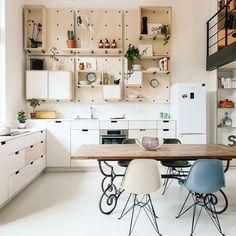 Ah esse espaço esse pé direito  essas cores e claridade  (cozinha uau via @dwellmagazine ) #colaadora #cleandesign #eameschair