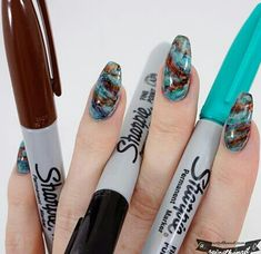 This time I used Sharpie marker pens to create awesome marble stone nail art! (på/i Get your Sharpies and go wild! Sharpie Nail Art, Sharpie Pens, Nail Art Diy, Cool Nail Art, Diy Nails, Sharpies, Stone Nails, Stone Nail Art, Oval Nails