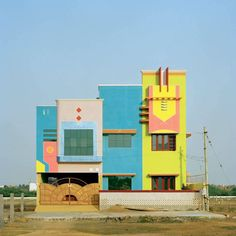 This town: Tirunamavalai in South India! It looks like an Etore Sottsass Memphis Milano dreamscape, doesn't it? (What is Memphis Milano? MM always makes me thi… Architecture Design, Indian Architecture, Architecture Graphics, Movement Architecture, Minimalist Architecture, Amazing Architecture, Ludwig Mies Van Der Rohe, Zaha Hadid, Art Deco