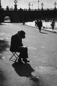 Sur les quais de la Seine Paris 1953 Photo: Sabine Weiss ~B&W Photography~ Minimalist Photography, Urban Photography, Artistic Photography, Color Photography, Life Photography, Vintage Photography, Street Photography, Landscape Photography, Photography Women