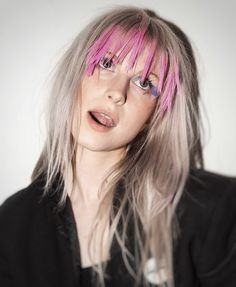 Hayley Williams had her blonde hair stand out by dying her bangs in pink. Hayley Paramore, Paramore Hayley Williams, Paramore Paramore, Haley Williams Hair, Hayley Williams Blonde, Hayley Williams Style, Colored Bangs, Good Dye Young, Choppy Bangs
