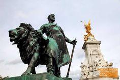 Man with Lion Statue - Buckingham Palace - London — earthXplorer adventure travel photography