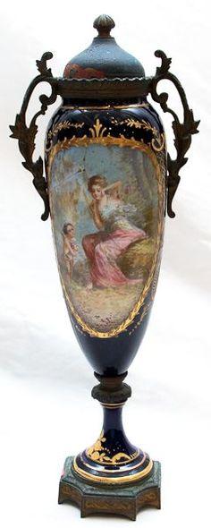 """Sevres, antiga ânfora em porcelana e bronze, com pintura de cena romântica assinada """"Gilbert"""" e marc"""