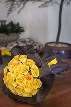 Buquê de Rosas Colombianas Amarelas na Palha (25)