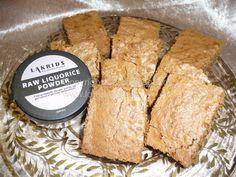 Denne lakrids kage, er intet mindre end fantastisk. Selv mine drenge, som normalt ikke bryder sig om lakrids, kan lide den. Konsistensen minder om brownies.