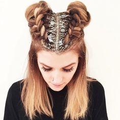 À la recherche d'une coiffure simple et originale pour les fêtes? Essayez le glitter !