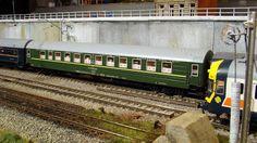 """Coche cama de los ferrocarriles soviéticos realizando el trayecto Madrid-Moscú en los años 90 del pasado siglo, acoplado al """"Puerta del Sol"""" a su paso por España. Escala H0."""