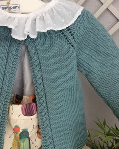 How combinable is this pants. Baby Cardigan Knitting Pattern, Baby Knitting Patterns, Knitting For Kids, Free Knitting, Cardigan Bebe, Pull Bebe, Knit Baby Sweaters, Baby Kind, Kind Mode