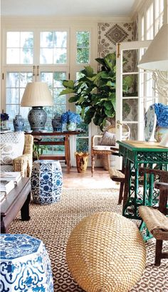 10 Blue and White Decor Ideas - Gorgeous with Grace decor decoration Chinoiserie Elegante, Urban Deco, Living Room Decor, Living Spaces, Living Rooms, Decoration Design, White Rooms, Plywood Furniture, White Decor