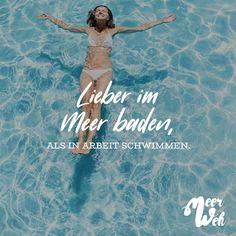Visual Statements®️ Lieber im Meer baden, als in Arbeit schwimmen. Sprüche / Zitate / Quotes / Meerweh / reisen / Fernweh / Wanderlust / Abenteuer / Strand / fliegen / Roadtrip