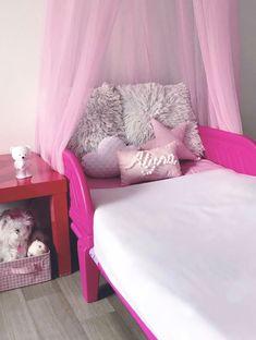 Un ciel de lit rose pour une petite princesse.