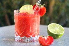 Asså... Den här kalla drinken som nästan påminner om en sorbet är riktigt smarrig! Den heter frosé och görs på frysta jordgubbar eller hallon och rosévin. Enkelt och passar alla varma... Drinks Med Gin, Juice Drinks, Party Food And Drinks, Drinks Alcohol Recipes, Fun Drinks, Yummy Drinks, Alcoholic Drinks, Beverages, Cocktails