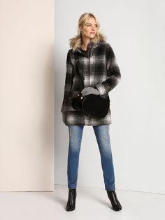 """Damski płaszcz Top Secret z kolekcji jesień-zima 2016.<br><br>Bardzo modny damski płaszcz w dużą kratę. Stylowe połączeniu obszernego wzoru i futra to hit tego sezonu. Płaszcz o prostym kroju, zapinany na kryty listwą suwak. Posiada kaptur. Płaszcz w kratę idealny na co dzień (SPZ0327ST).<br><br>Modelka ma 176 cm wzrostu i prezentuje rozmiar 34.<span style=\""""font-style:italic\""""> Fur Coat, Model, Jackets, Fashion, Down Jackets, Moda, Fashion Styles, Scale Model"""